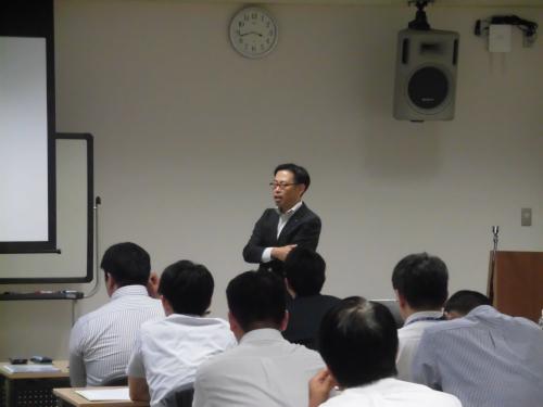 実例を挙げて話される(一社)岐阜県経営者協会西濃支部事務局会社の人事担当者