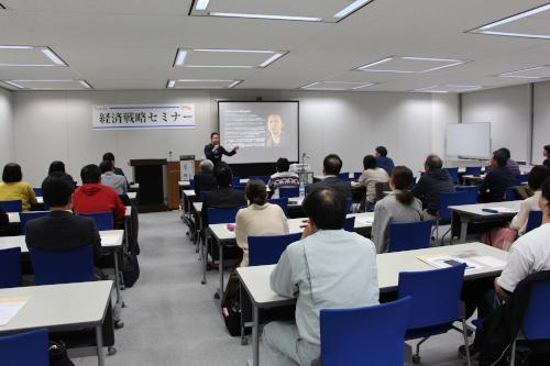 メモを取りながら山下氏の説明を聴講する参加者