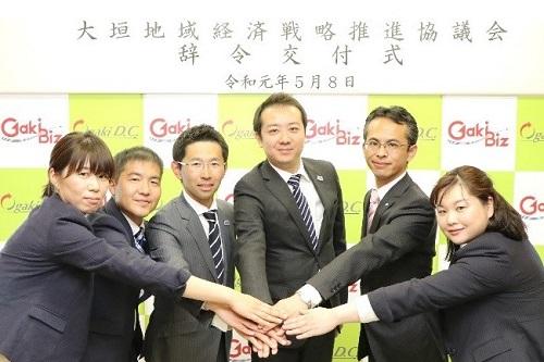 チームガキビズの皆さん(左から伊藤デザインアドバイザー、若山アドバイザー、金森プロジェクトマネージャー、正田センター長、臼井アドバイザー、堀ITアドバイザー)