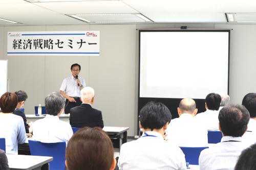 IT活用に向けた人財育成について講演される小野氏
